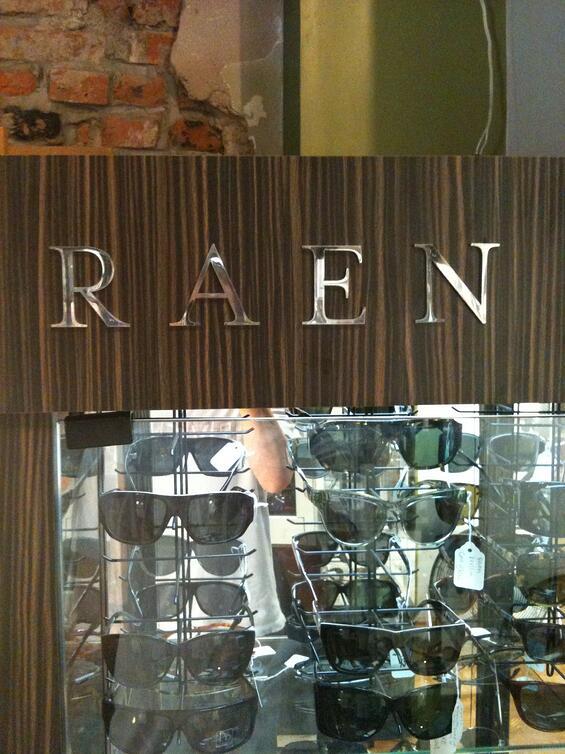 raen-sunglass-display-case-locking
